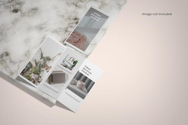 Maquette de brochure à trois volets près du comptoir en marbre