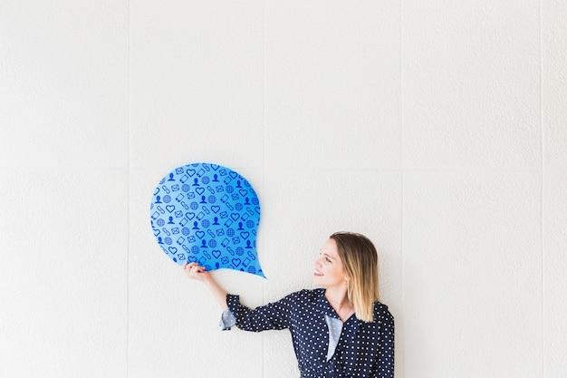 Maquette de bulle de discours avec une femme souriante