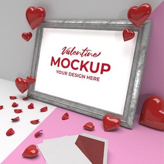 Maquette de cadrage romantique de la saint-valentin avec coeur et pétales sur cadre argenté
