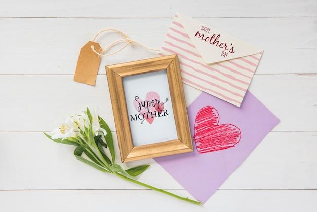 Maquette de cadre avec composition de jour plat pour les mères laïques