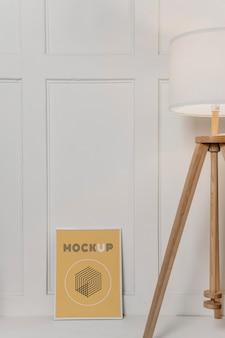 Maquette de cadre à côté de la lampe