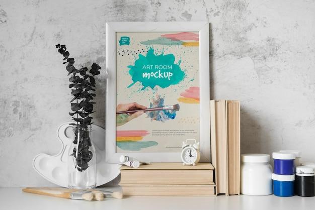 Maquette de cadre à côté de livres