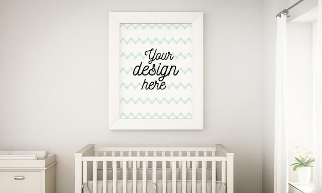 Maquette de cadre dans la chambre de bébé grise au-dessus du berceau