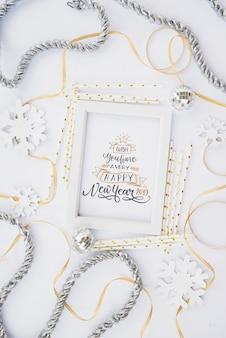 Maquette de cadre avec décoration de nouvel an