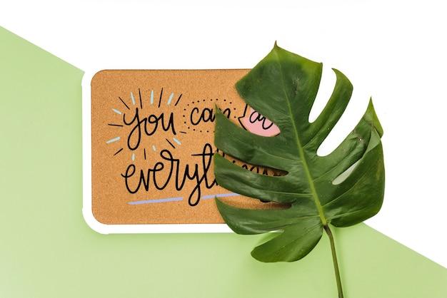 Maquette de cadre avec des feuilles tropicales