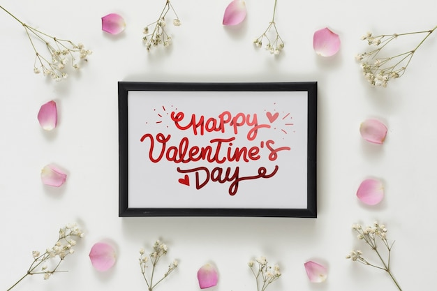 Maquette de cadre avec des fleurs pour la saint valentin