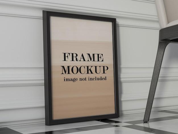 Maquette de cadre photo appuyé contre le mur de moulage blanc