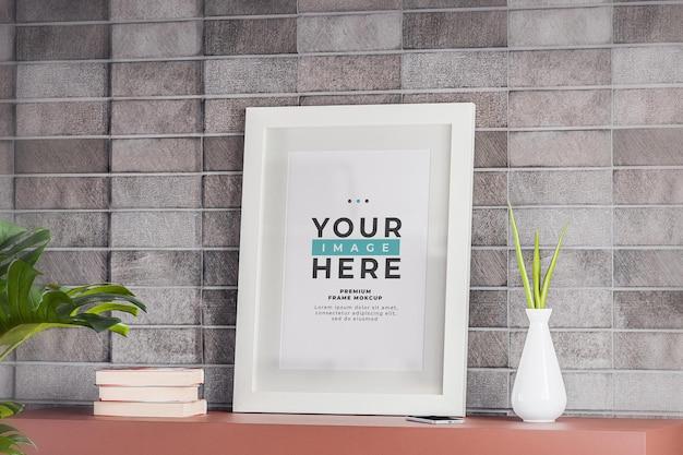 Maquette de cadre photo blanc minimaliste sur mur de briques blanches