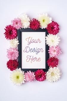 Maquette de cadre photo décorée de fleurs de chrysanthème