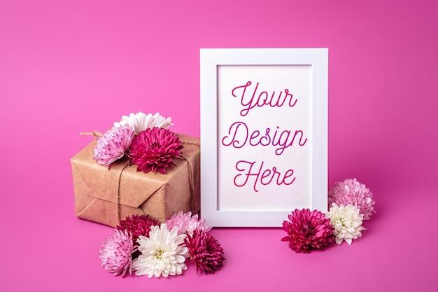 Maquette de cadre photo avec emballage de boîte-cadeau de style éco zéro déchet et fleurs