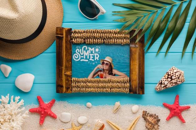 Maquette de cadre photo d'été plat