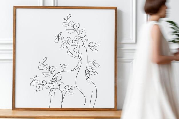 Maquette de cadre photo avec une femme tenant une tasse de café