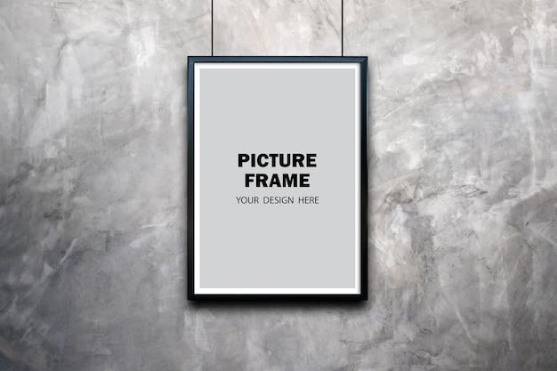 Maquette de cadre photo noir sur le mur de la salle en béton