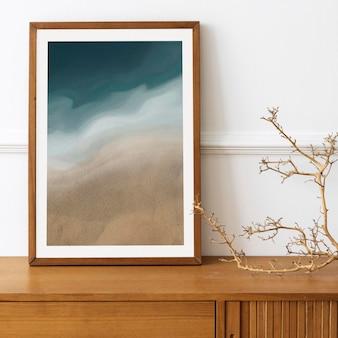Maquette de cadre photo sur une table de buffet en bois