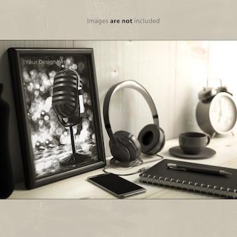 Maquette de cadre photo vide sur le bureau