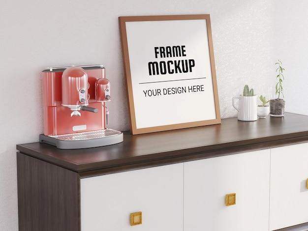 Maquette de cadre photo vierge sur le bureau classique