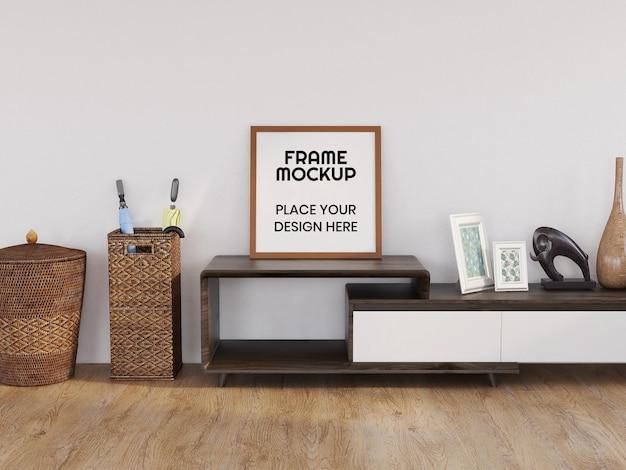 Maquette de cadre photo vierge réaliste sur le bureau moderne