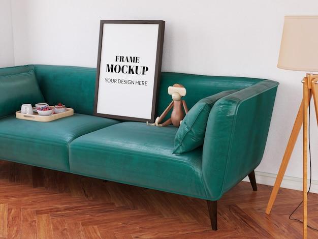 Maquette de cadre réaliste sur le canapé vert