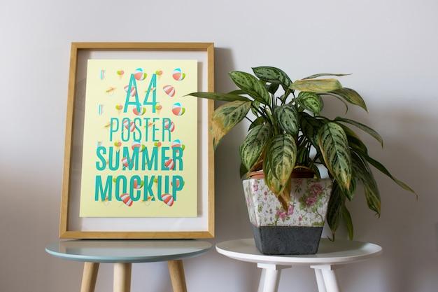 Maquette de cadre sur la table avec plante