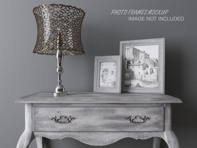 Maquette de cadres photo sur une table avec lampe