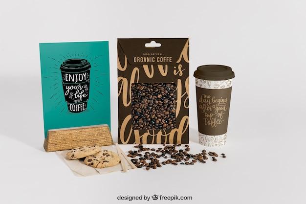 Maquette de café avec deux boîtes et haricots