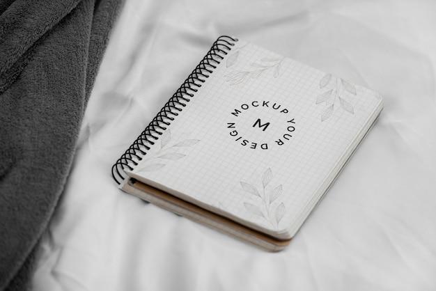 Maquette de cahier sur le lit