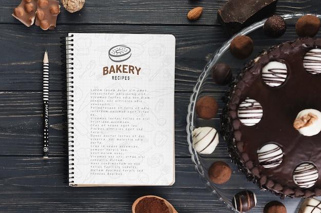 Maquette de cahier avec une pâtisserie