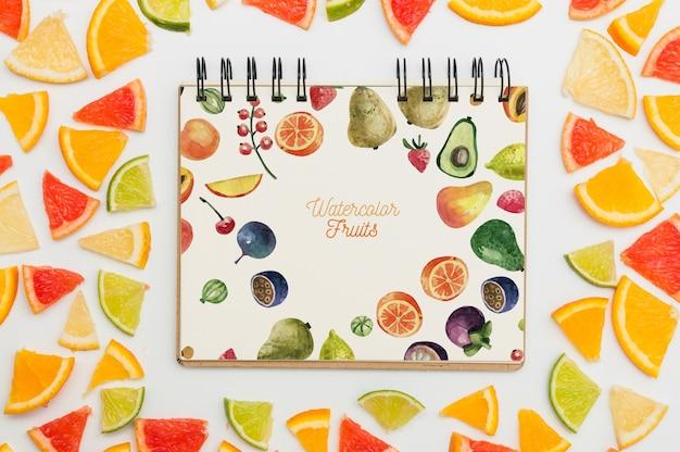 Maquette de cahier à spirale avec des fruits