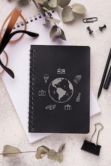 Maquette de cahier vue de dessus sur le bureau