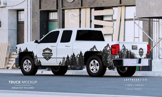 Maquette de camionnette à cabine double dans la rue vue arrière gauche