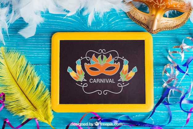 Maquette de carnaval avec ardoise et plumes