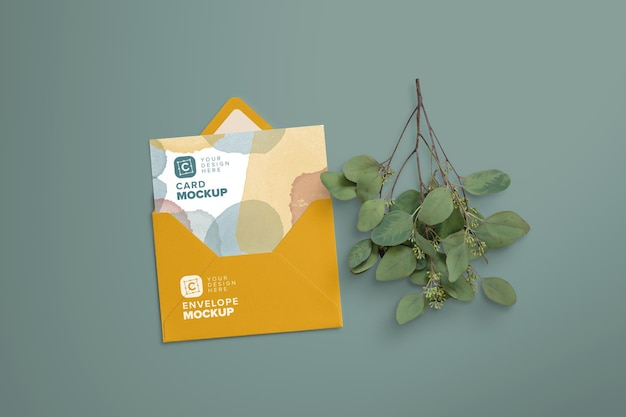 Maquette de carte de 5 x 7 pouces à l'intérieur d'une enveloppe avec une branche d'eucalyptus