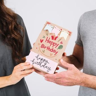 Maquette de carte d'anniversaire avec couple