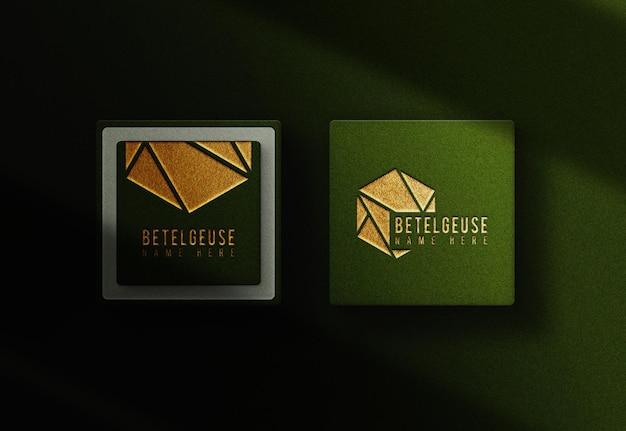 Maquette de carte de boîte verte avec logo en relief en feuille d'or