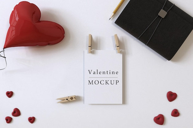 Maquette de carte-cadeau avec composition d'objets de la saint-valentin