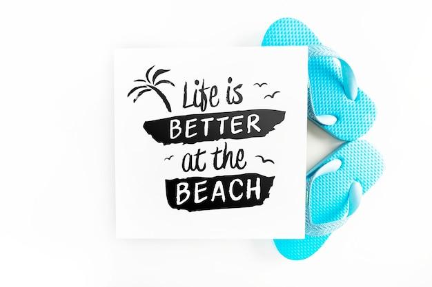 Maquette de carte avec concept d'été tropical avec des tongs