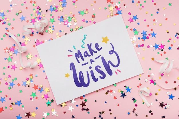 Maquette de carte en confettis d'anniversaire