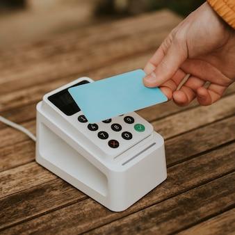 Maquette de carte de crédit psd avec paiement sans numéraire en gros plan à la main dans la nouvelle normalité