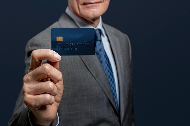 Maquette de carte de crédit psd présentée par un homme d'affaires