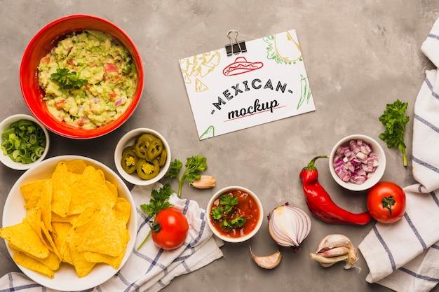 Maquette de carte entourée d'ingrédients mexicains typiques