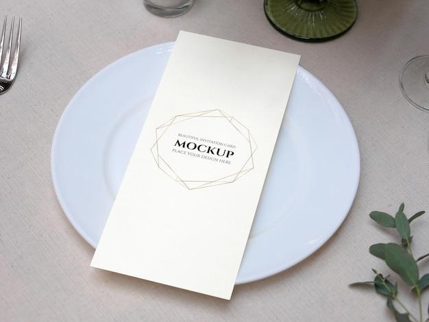 Maquette de carte d'espace vide blanc sur la table de mariage