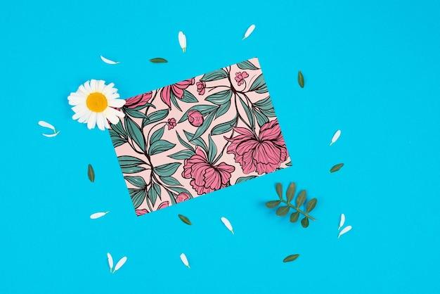 Maquette de carte avec des fleurs et des pétales
