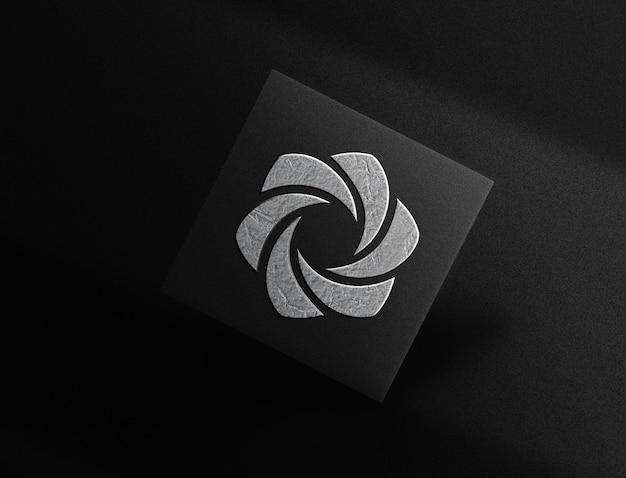 Maquette de carte flottante avec logo en relief plaqué argent de luxe