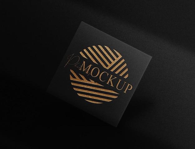 Maquette de carte flottante de luxe avec logo en relief en or