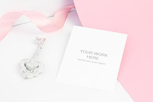 Maquette de carte sur fond rose avec enveloppe