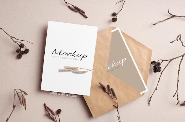 Maquette de carte d'invitation élégante avec faces avant et arrière avec enveloppe