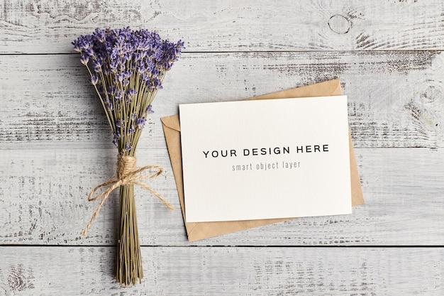 Maquette de carte d'invitation avec enveloppe et bouquet de fleurs de lavande