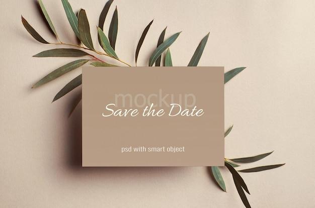 Maquette de carte d'invitation de mariage avec des brindilles d'eucalyptus