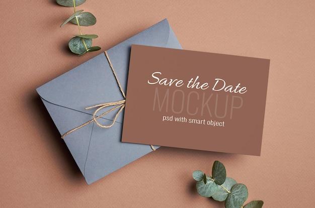 Maquette de carte d'invitation de mariage avec enveloppe et brindilles d'eucalyptus