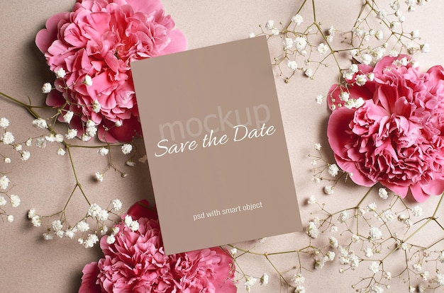 Maquette de carte d'invitation de mariage avec des fleurs de pivoine rose et d'hypsophile blanche